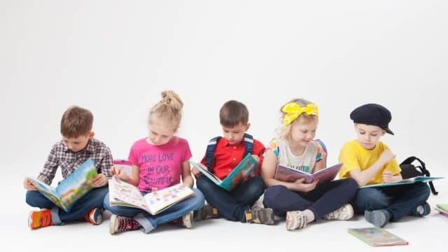 本を読む外国人の子供