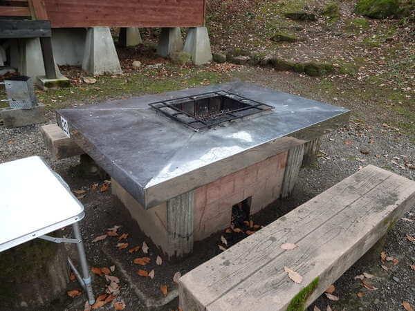 立山山麓家族旅行村ケビンの備え付けのBBQ炉