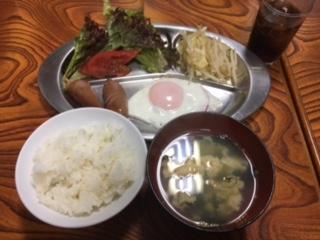 ご飯・スープ・目玉焼き・ウインナー・サラダ・野菜炒め
