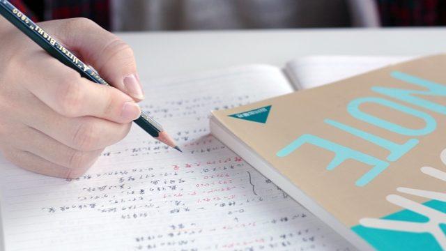 ノートに鉛筆で書く手