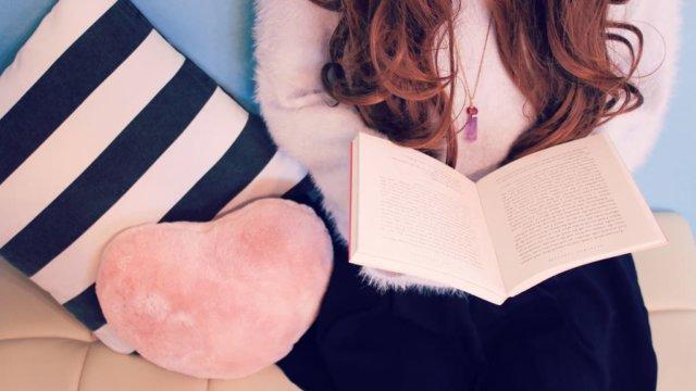読書中の女のひと