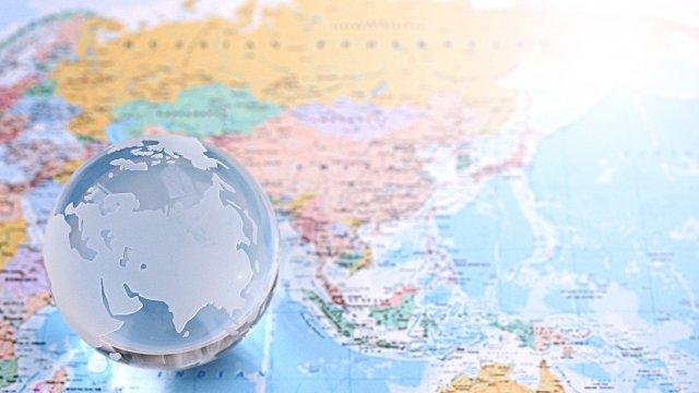 世界地図と透明な気球