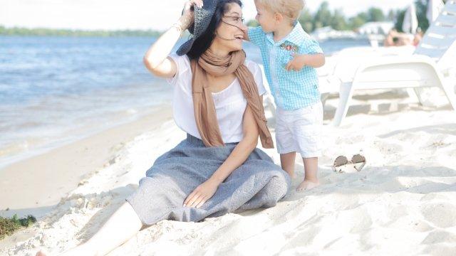 砂浜に座る母親と子供