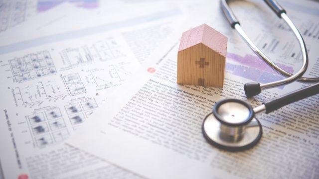 聴診器と家の模型
