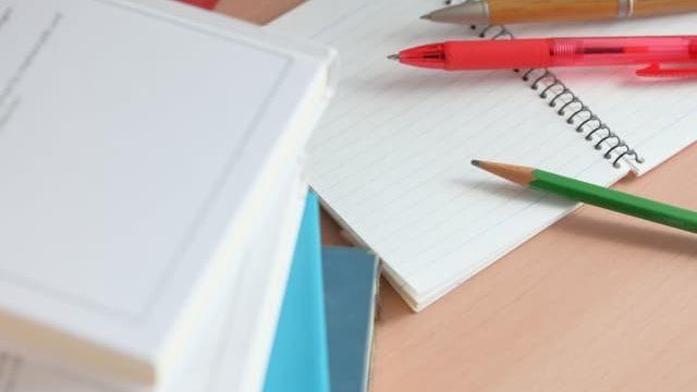 机の上の勉強風景
