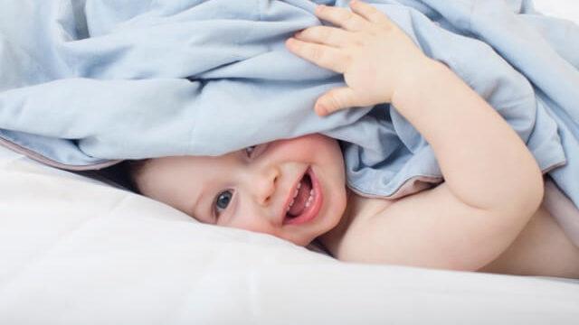 布団に隠れる赤ちゃん