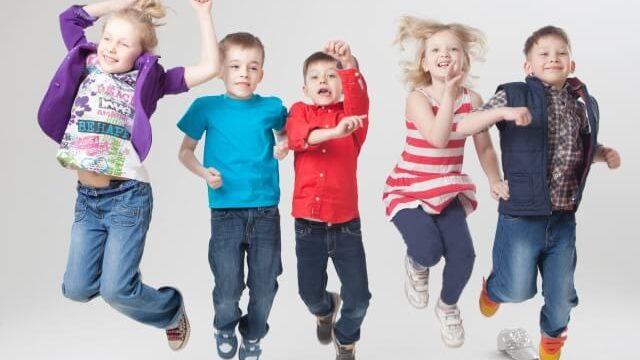 ジャンプする外国人の子供