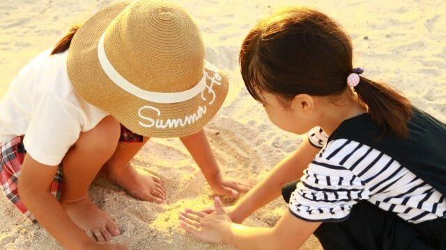砂浜で遊ぶ女の子