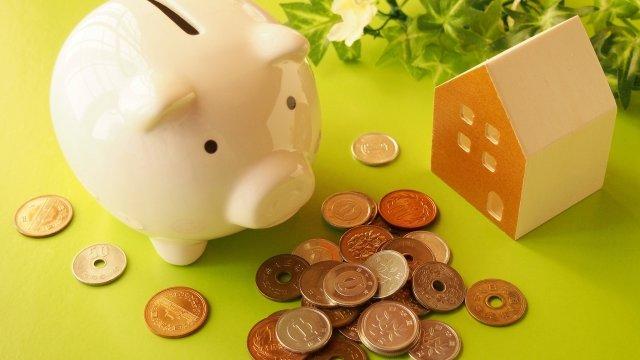 ブタの貯金箱と小銭