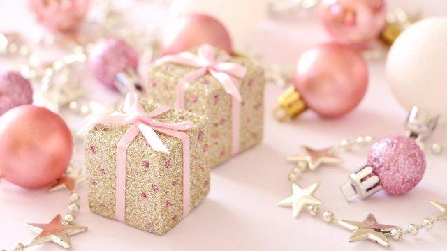 ピンクの小物とプレゼント