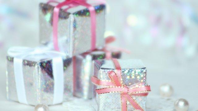 銀色のラッピングのプレゼント
